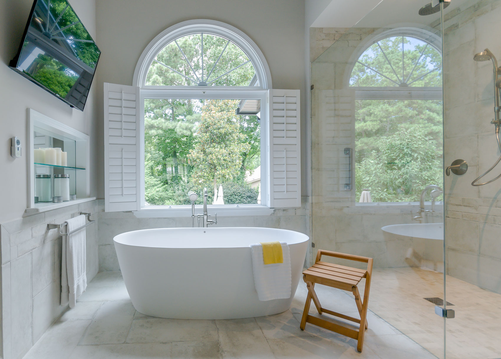Luxious bath tub with marble tile